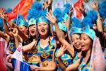 图文-奥运圣火在甘肃嘉峪关传递 蓝衣少女风姿绰约