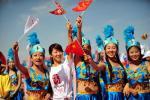 图文-北京奥运圣火在嘉峪关传递 沿途观众助威