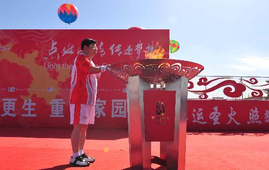 图文-北京奥运圣火在嘉峪关传递 马光明点燃圣火盆