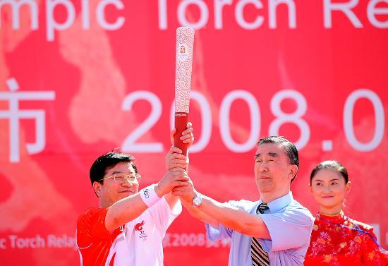 图文-奥运圣火在甘肃嘉峪关传递 屠铭德赠送火炬