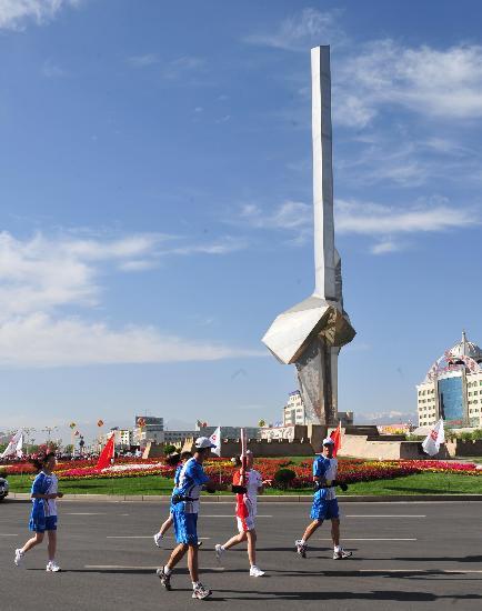 图文-北京奥运圣火在嘉峪关传递 传递路上天空晴朗
