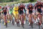 图文-2008年环法第二赛段赛况黄衫埋伏于众骑手中