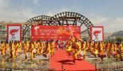 图文-奥运圣火在甘肃兰州传递 群众舞动兰州太平鼓