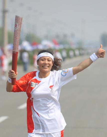图文-奥运圣火呼和浩特传递 郭健传递伸出大拇指