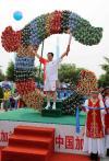 图文-奥运圣火在赤峰传递 火炬手于建设展示火炬