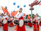 图文-奥运圣火在长春市传递 起跑仪式上的东北姑娘