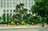 图文-绿色雕塑扮靓北京街头 鸟儿随祥云一起飞翔