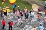 图文-环法自行车赛结束第10赛段爬坡段的圆点观众