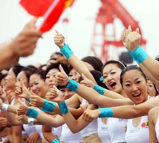 图文-奥运圣火在松原市传递 美女齐助阵