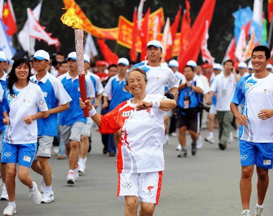 图文-奥运圣火在松原市传递 柏青老人笑的很灿烂