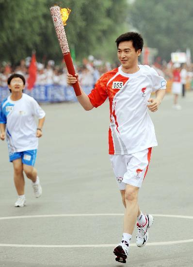 图文-奥运圣火在松原市传递 帅气挺拔的东北小伙