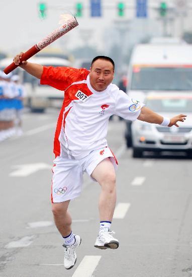 图文-奥运圣火在松原市传递 这一定是蒙古族火炬手