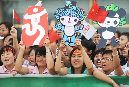"""图文-奥运圣火在松原传递 """"福娃""""在为火炬手加油"""