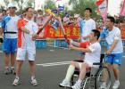 图文-奥运圣火在沈阳传递 康辉与拉格-托马斯新交接