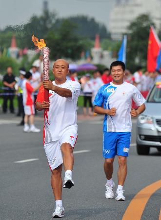 图文-奥运圣火在鞍山传递 张大勇手持火炬走正步