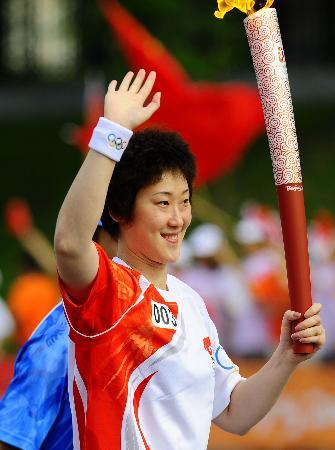 图文-奥运圣火在鞍山传递 宋妮娜向围观人群挥手