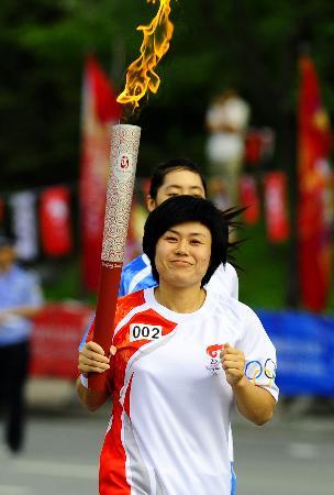 图文-奥运圣火在鞍山传递 火炬手花菊笑容很灿烂