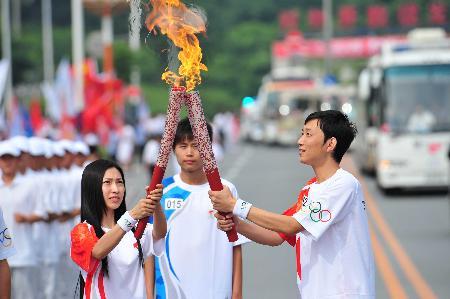 图文-奥运圣火在鞍山传递 圣火交接的精彩瞬间