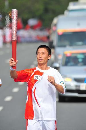 图文-奥运圣火在鞍山传递 冉志江的眼中只有火炬
