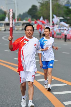 图文-奥运圣火在鞍山传递 张铁汉微笑传火炬