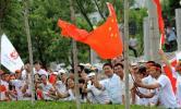 图文-奥运圣火在鞍山传递 火炬传递市民也疯狂