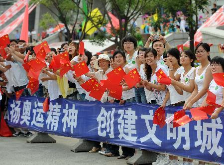 图文-奥运圣火在鞍山传递 众美女为火炬传递加油