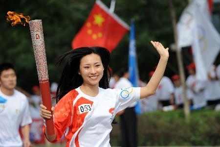 图文-奥运圣火在鞍山传递 火炬手于凌甜蜜的微笑
