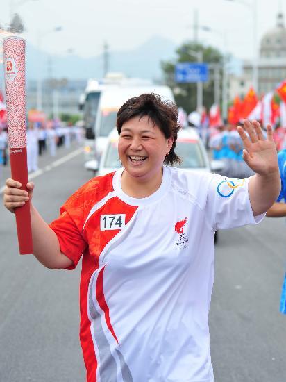图文-奥运圣火在鞍山传递 孙福明传递满脸笑容