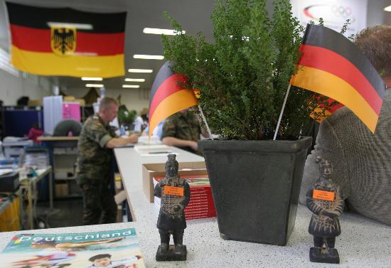 图文-德国女足领取奥运装备 兵马俑亮相德国