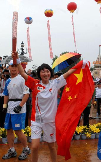 图文-奥运会圣火在辽宁大连传递 王军霞手举国旗