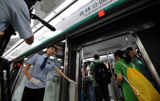 图文-体验北京地铁奥运支线 乘务员引导入车厢