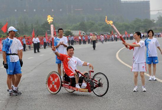 图文-北京奥运圣火在大连传递 残疾人火炬手纪斌