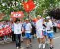 图文-奥运圣火在大连传递 火炬手石永铎兴奋传递
