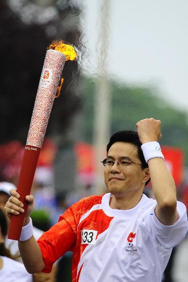 图文-北京奥运圣火在大连传递 火炬手何绍伟沉稳