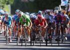 图文-环法自行车赛第14赛段结束众车手冲刺瞬间