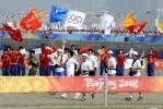 图文-奥运圣火在青岛传递 群情激奋彩旗飘扬