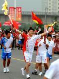 图文-北京奥运圣火在临沂传递 高鹏在进行传递