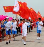 图文-北京奥运圣火在临沂传递 王廷江在进行传递