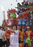 图文-北京奥运圣火在临沂传递 张霞在进行传递