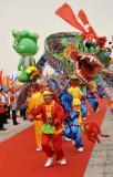 图文-北京奥运圣火在临沂传递 绿色巨龙与绿色福娃