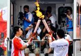 图文-奥运圣火在泰安传递 孙洪友与下一棒交接