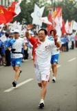 图文-奥运圣火在泰安传递 刘式坤手持火炬挥手传递