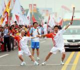 图文-奥运圣火在泰安传递 李兆峰与吕婷交接后合影