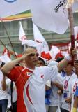图文-奥运圣火在济南传递 叶爱群接过火炬后行军礼