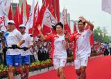 图文-奥运圣火在济南传递 郭晶晶王峰共同传火炬