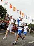 图文-北京奥运圣火在济南传递 篮球解说员徐济成