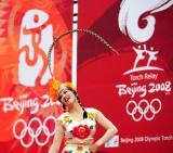 图文-奥运圣火在济南传递 演员在城市庆典上表演