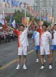 图文-奥运圣火在济南传递 孙丕恕王迪生交接后展示