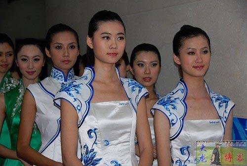 图文-奥运颁奖礼仪志愿者风采 美女志愿者排列两队