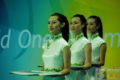 图文-奥运颁奖礼仪志愿者风采 美女演示端着颁奖盘